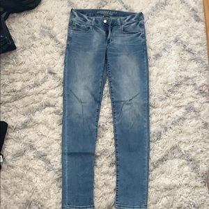 AEO light wash super stretch jeans. Size 6 LONG